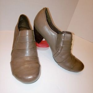 Bare Traps Trenda brown leather booties EUC